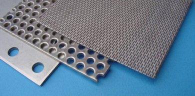 Geponste plaat; ronde en sleufvormige perforatie